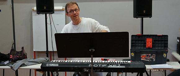 stephane sejourne le chef de choeur de la chorale pop choeur